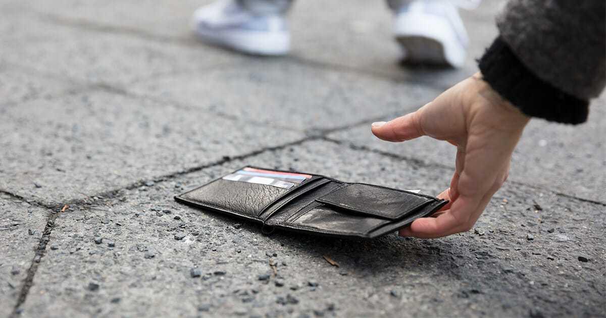 Chłopiec znajduje portfel pełen gotówki – postępuje słusznie odnajdując właściciela i zostaje zaskoczony