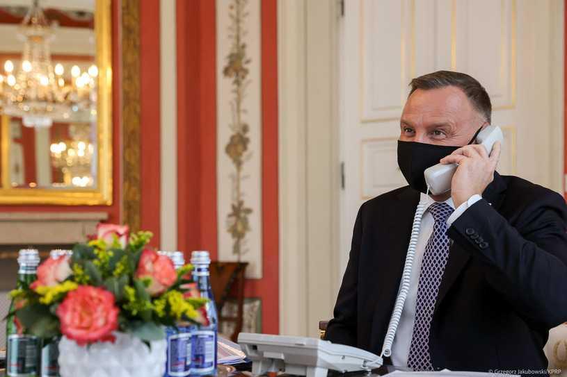 Zdjęcie prezydenta Andrzeja Dudy pod lupą. Do dyskusji włączyli się też byli premierzy