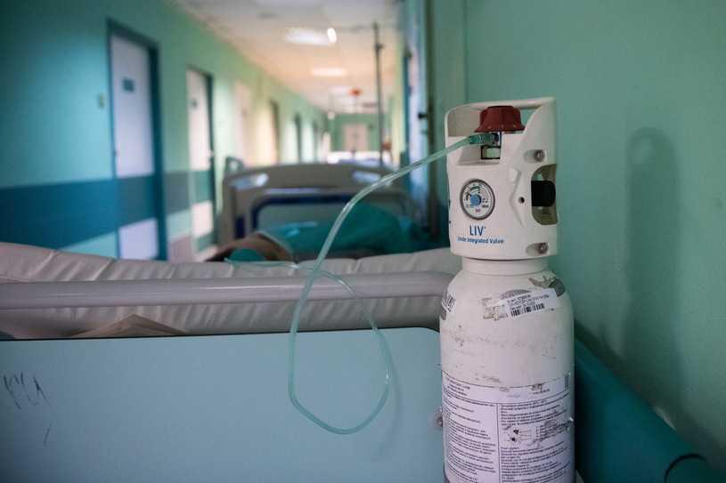 Kupują koncentratory tlenu. Leczą COVID-19 w domu. Lekarz: To głupota