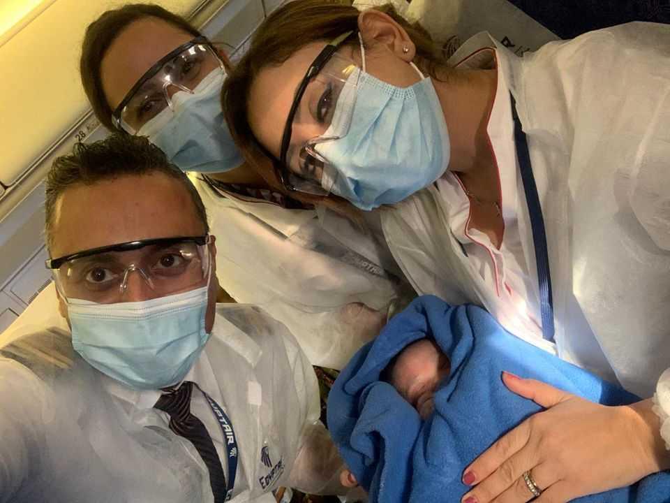 Kobieta w ciąży wpada w panikę, bo rodzi dziecko – nieznajomy przyjmuje poród