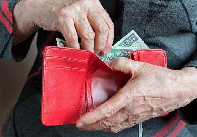 Emeryci mogą dostać pieniądze za dzieci. Zobacz, komu należy się świadczenie 1066 zł