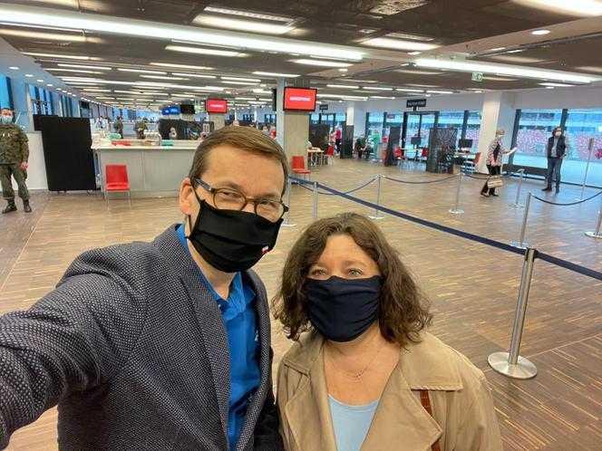 Premier Morawiecki wraz z żoną Iwoną zostali zaszczepieni pierwszą dawką! Wiemy, którą szczepionką