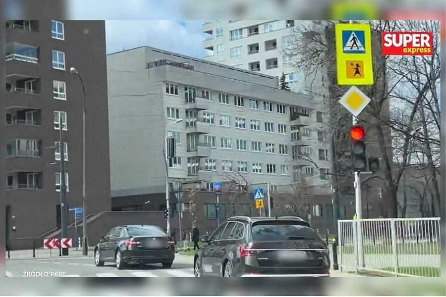 Limuzyna Jarosława Kaczyńskiego przecięła skrzyżowanie na czerwonym świetle