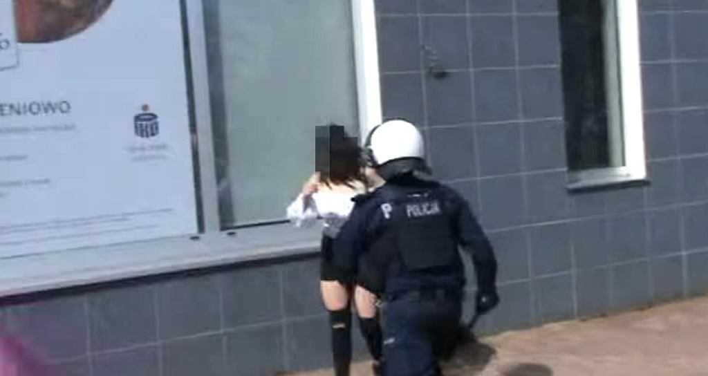 Policjant uderzył kobietę pałką. Biuro RPO: W państwie prawa nie może być na to zgody