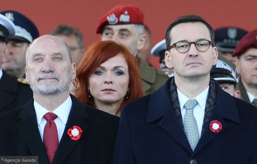 """Morawiecki chwali Macierewicza za film o katastrofie smoleńskiej. """"Bardzo konkretne wyliczenia"""""""