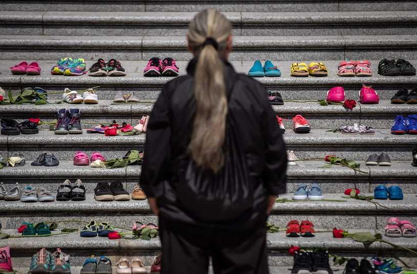 Kanada: Mogiła ze szczątkami 215 dzieci na terenie byłej szkoły. Głos zabrał premier
