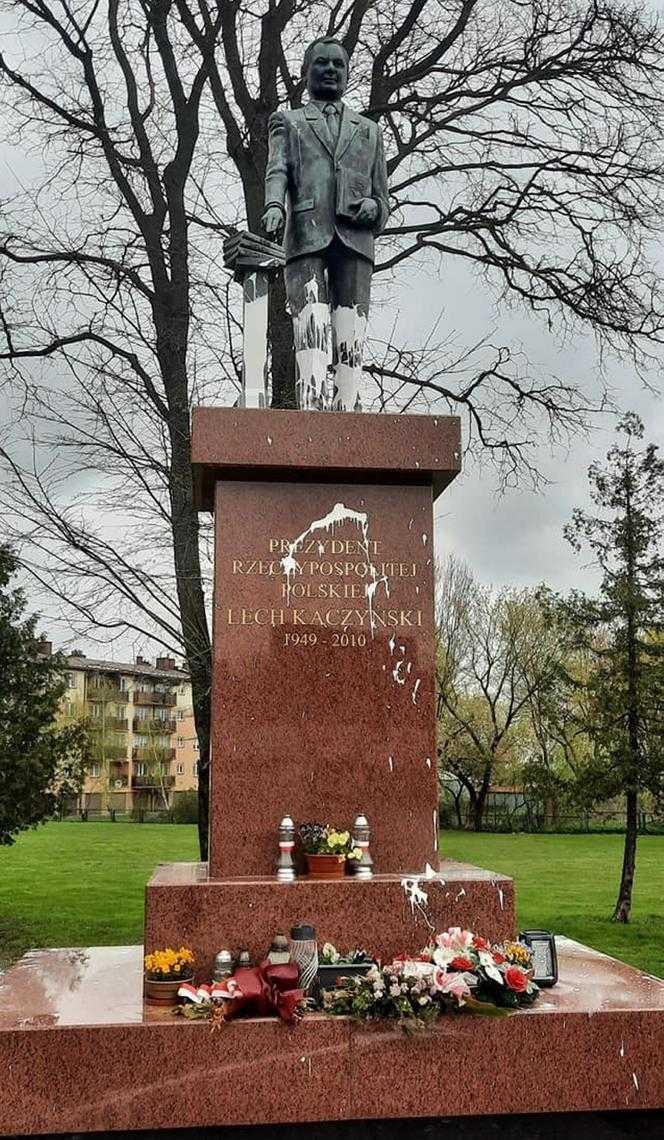 Paskudny atak na pomnik Lecha Kaczyńskiego. Wandal przyszedł z białą farbą