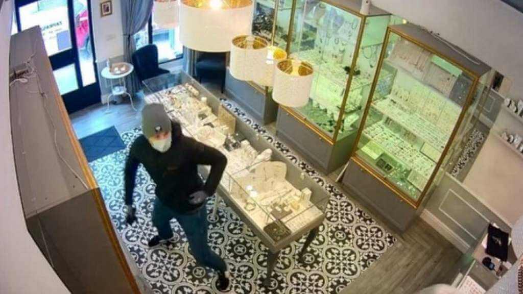 Policja pilnie szuka mężczyzny z nagrania. Napadł na sklep jubilerski