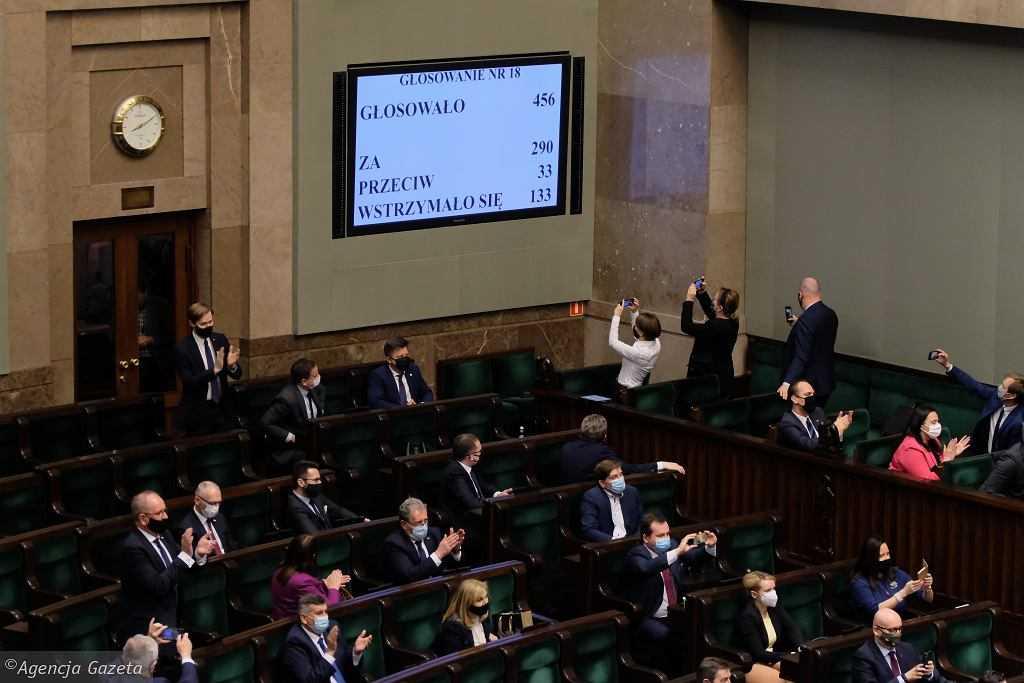 """Sejm podjął decyzję ws. Funduszu Odbudowy. Co dalej? """"W kalendarzu prac Senatu nie ma mowy o ustawie"""""""