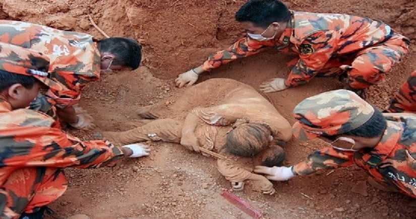 Kiedy znaleziono tą kobietę w gruzach niestety była już martwa ale to co trzymała w ramionach zszokowało wszystkich!