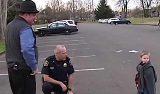W środku nocy policjant zauważył zaparkowany samochód. Kiedy zajrzał do środka, pękło mu serce