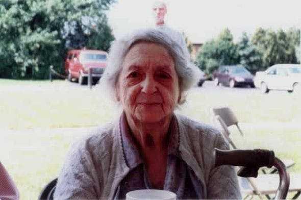 Zrobiła zdjęcie babci. Dopiero po jej śmierci przyjrzała się bliżej, na fotografii był ktoś jeszcze