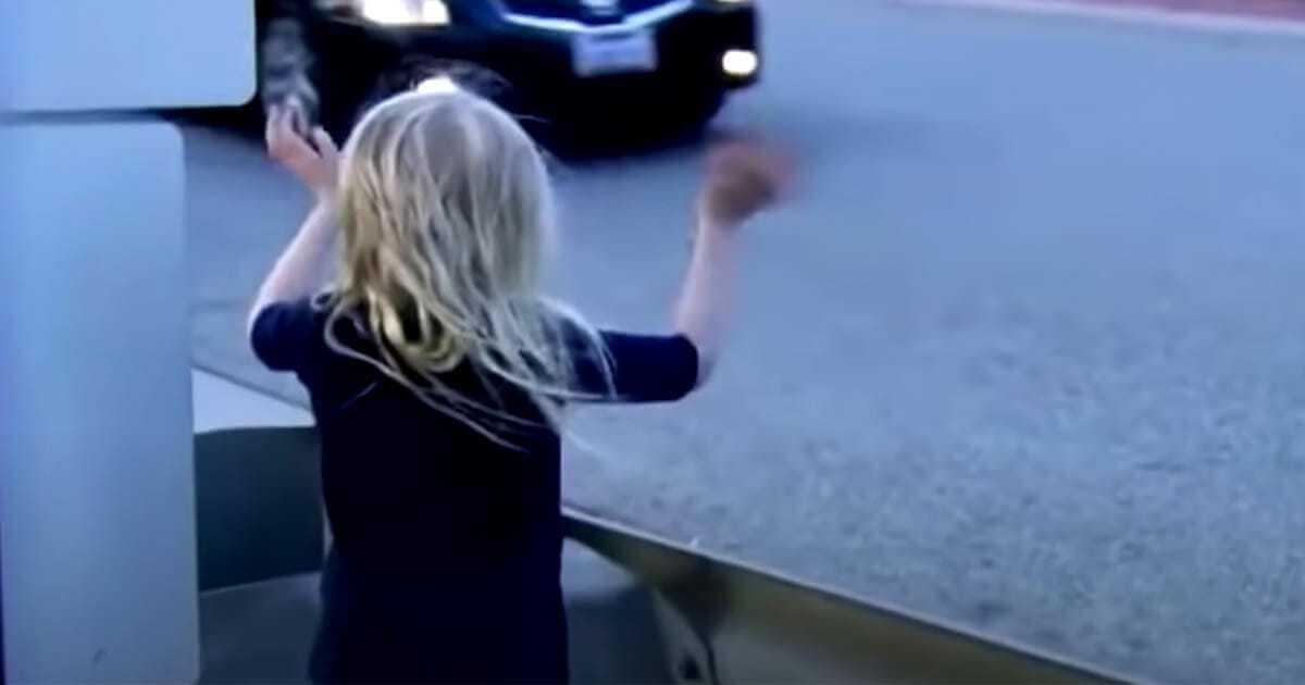 Kierowca widzi samotną 5-latkę na środku drogi – podąża za dzieckiem do lasu i zdaje sobie sprawę, że musi natychmiast wezwać policję