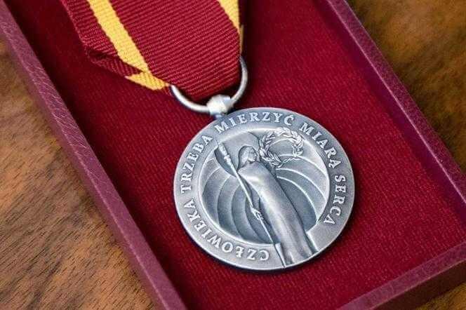 Wzruszające chwile u Dudy. Prezydent wręczył medale osobom, które pomagały obywatelom Rzeczypospolitej w czasie II WŚ