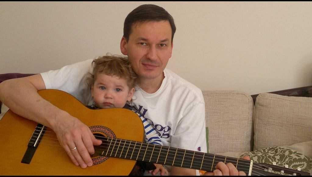 """Dzień Ojca. Morawiecki pokazał zdjęcie z córką i gitarą, Trzaskowski wspomina ojca: """"Nie ma go już 23 lata"""""""
