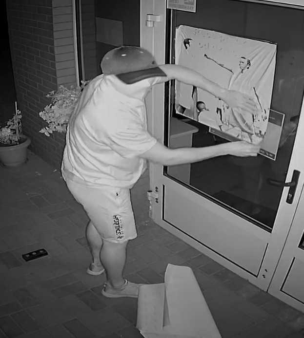 """Powiesił plakat: """"Ręce precz od dzieci"""". Szuka go policja"""