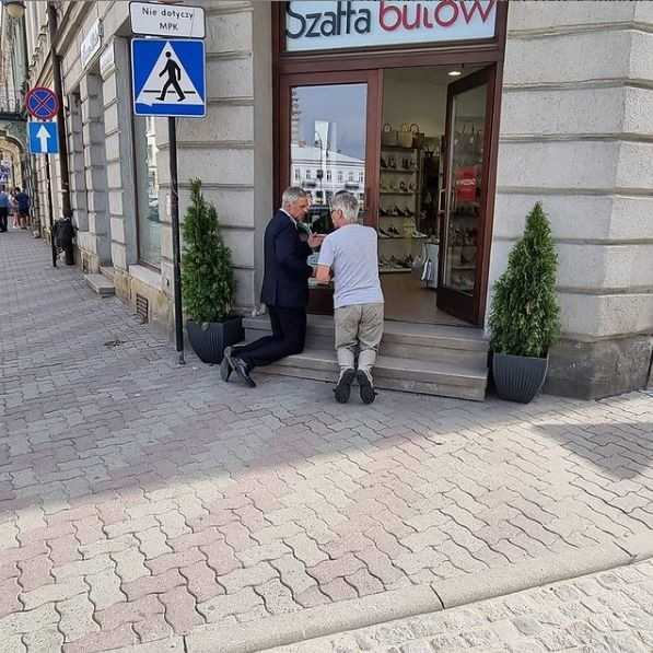 Paweł Poncyljusz modlił się przed sklepem