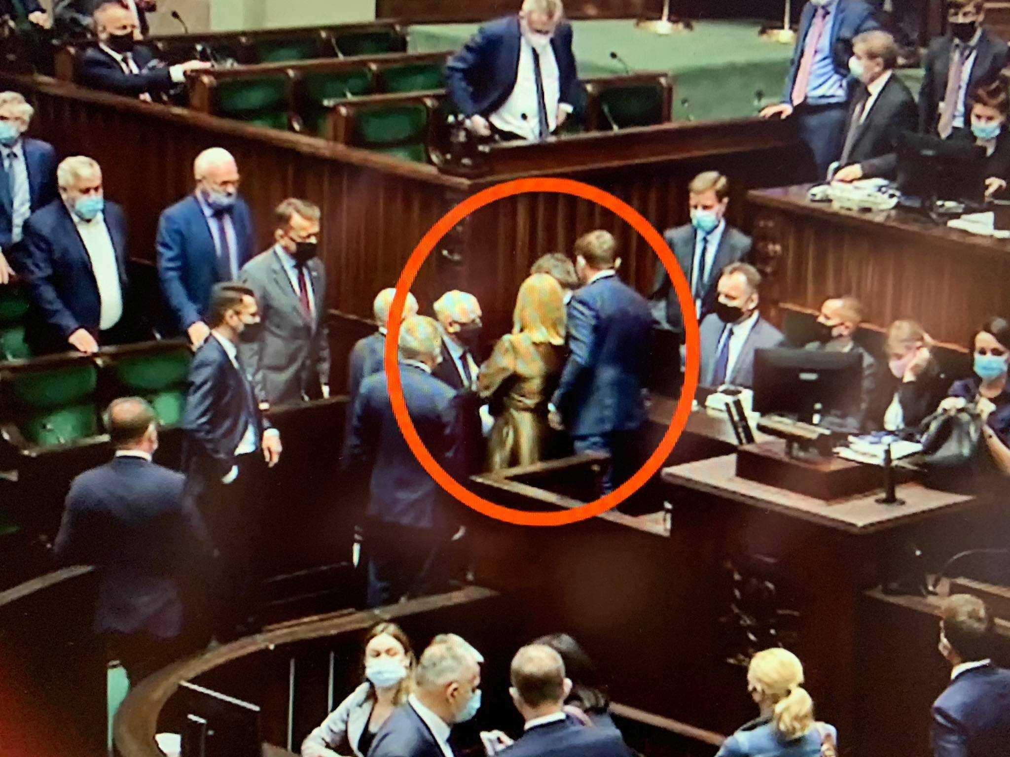 Kłótnia w Sejmie. Posłanka w złotej sukience własnym ciałem zasłoniła Kaczyńskiego