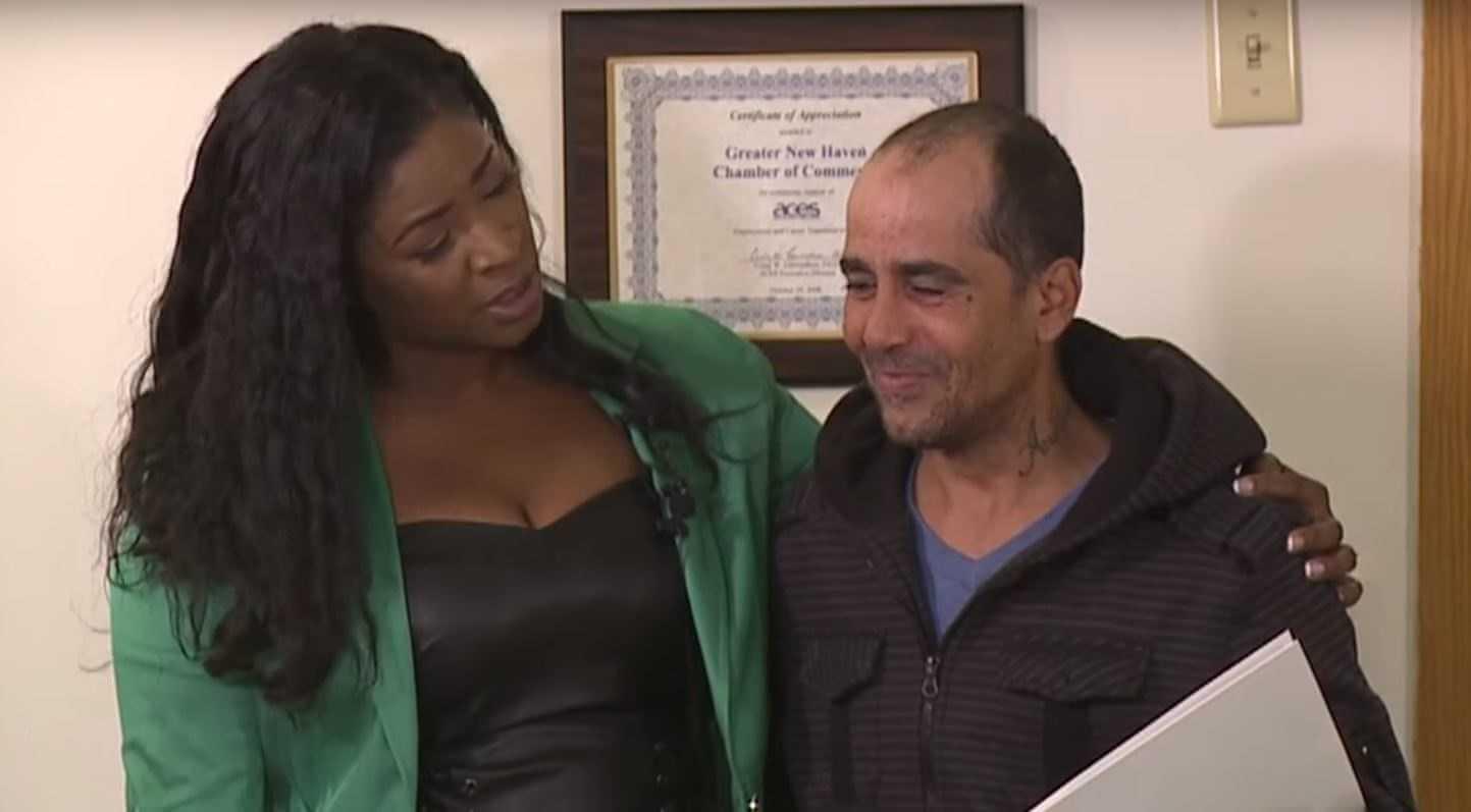 Bezdomny znalazł czek opiewający na zawrotną kwotę i... oddał go właścicielce. W nagrodę spotkało go coś wspaniałego.