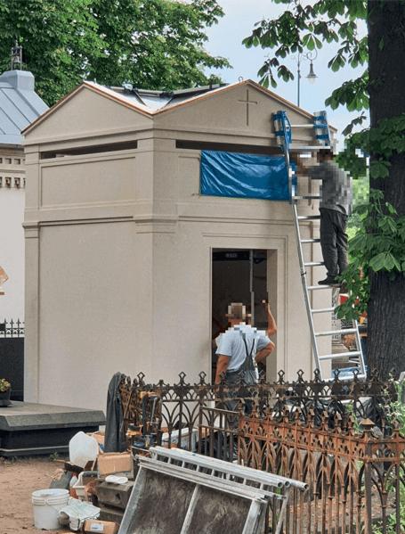 Widok grobu Piotra Woźniak-Staraka odbiera mowę. Właśnie zakończono nad nim prace