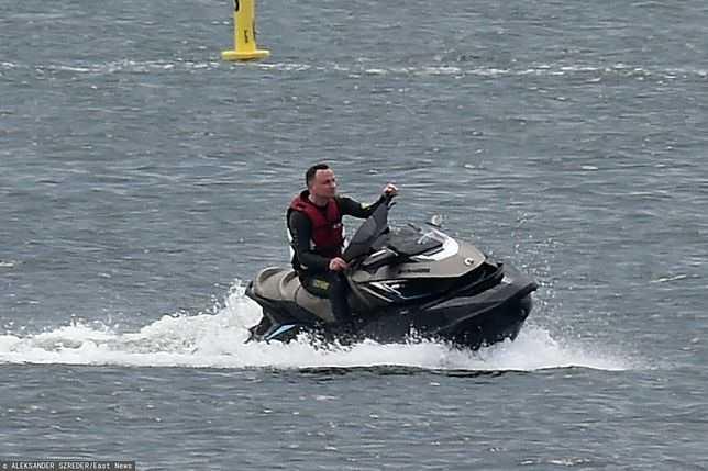 Andrzej Duda na urlopie. Prezydent jeździ na skuterze wodnym i spaceruje po plaży