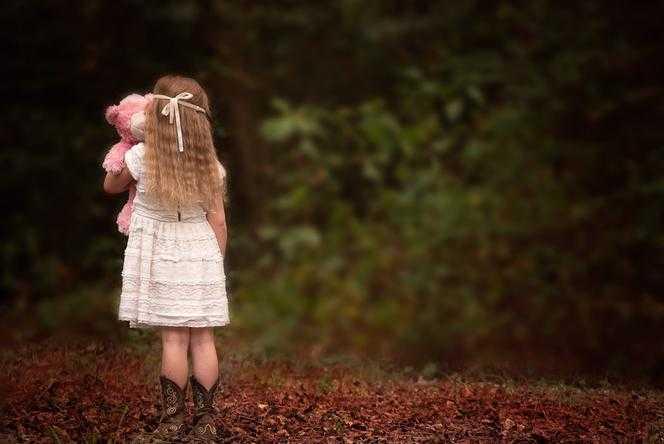 Bieżuń. 5-latka szła sama drogą wojewódzką! Nie chciała nic powiedzieć, ale policjanci ujawnili przerażającą prawdę