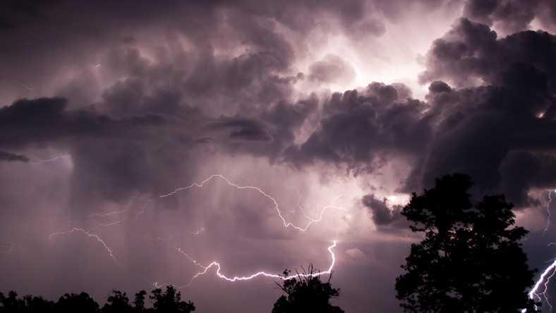 Alert IMGW. W niedzielę burze i silny wiatr