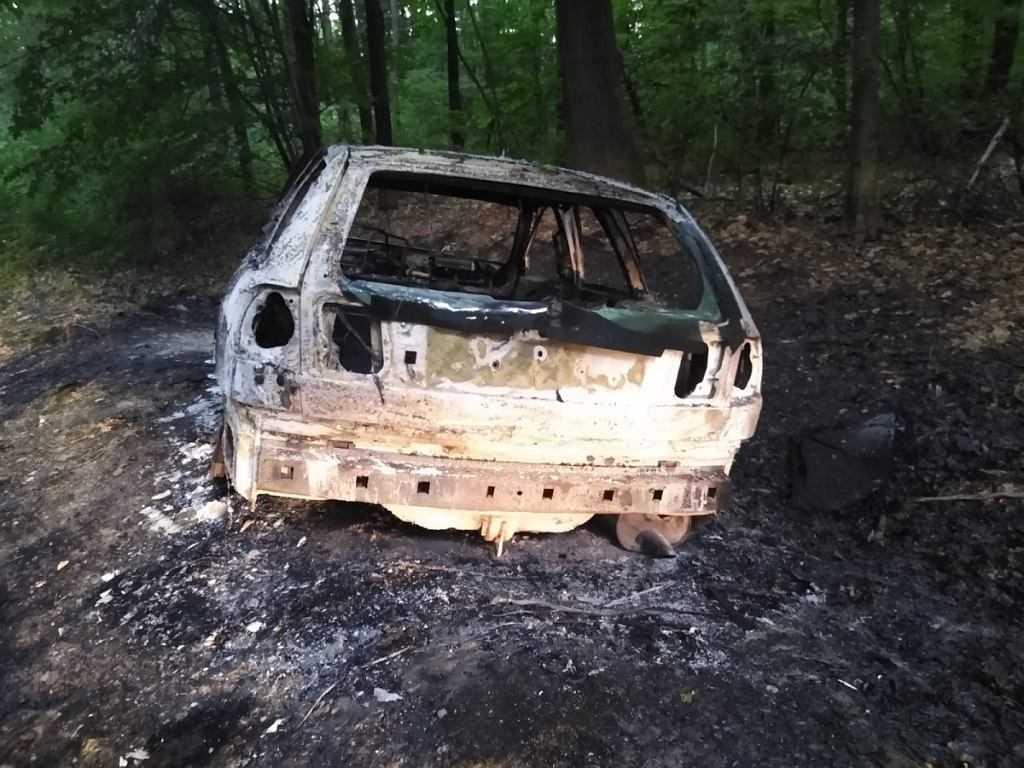 Uciekł z miejsca wypadku, a później podpalił samochód. Zarzuty usłyszy również pasażerka