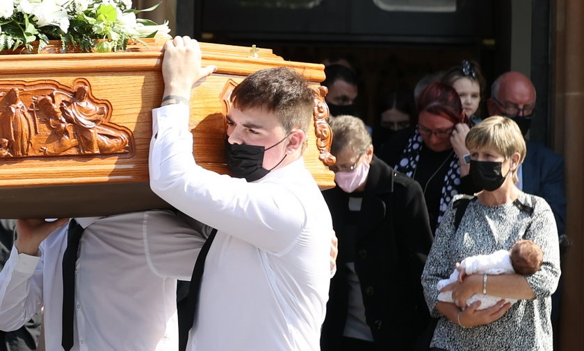 Bolesne sceny na pogrzebie 35-latki. Jej córeczkę niesiono za trumną. Ten aniołek nigdy nie pozna swojej mamy