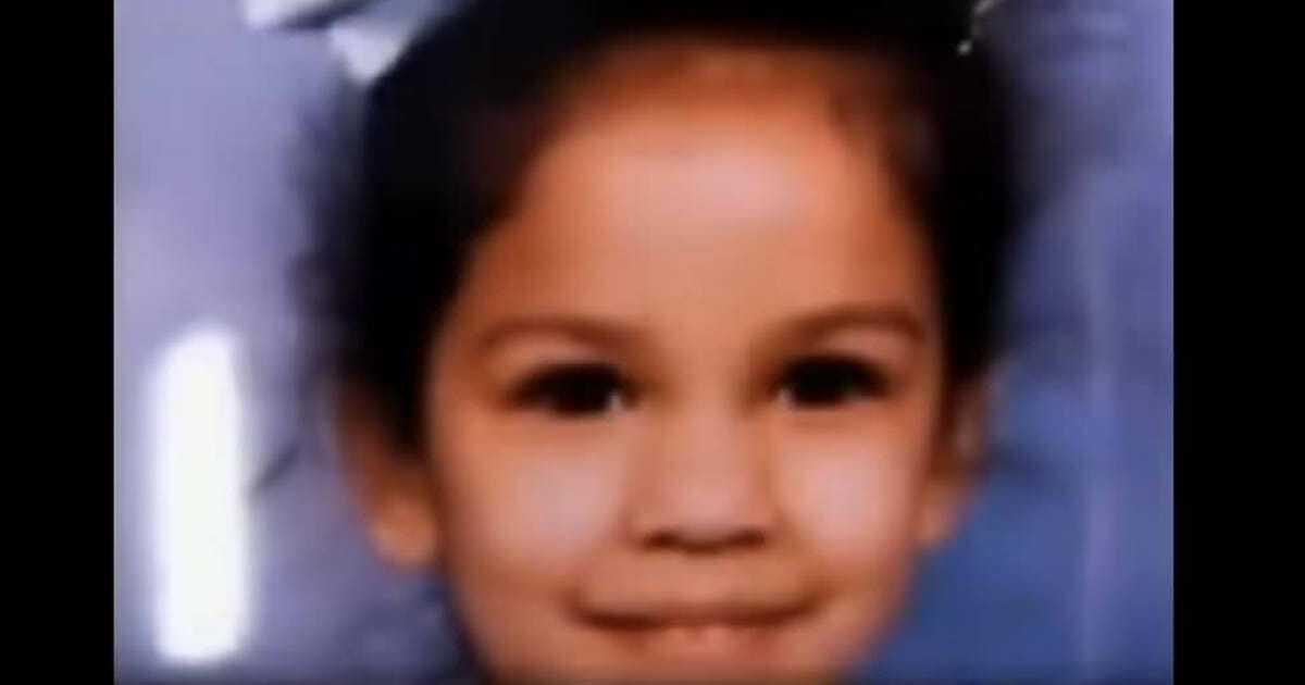 Mężczyzna nie wie, dokąd trafiła jego córka 24 lata temu – zastyga w bezruchu, gdy widzi swoją nową koleżankę