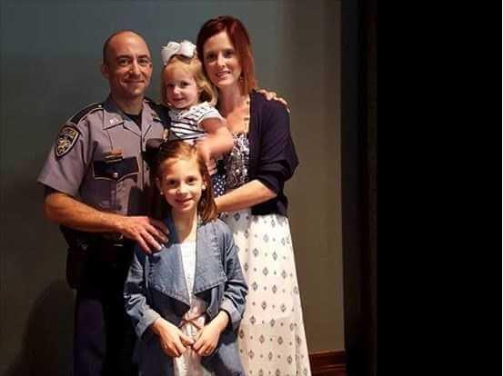 Zastrzelili jej męża na służbie. W dniu pogrzebu jej córeczki powiedziały jej coś szokującego.