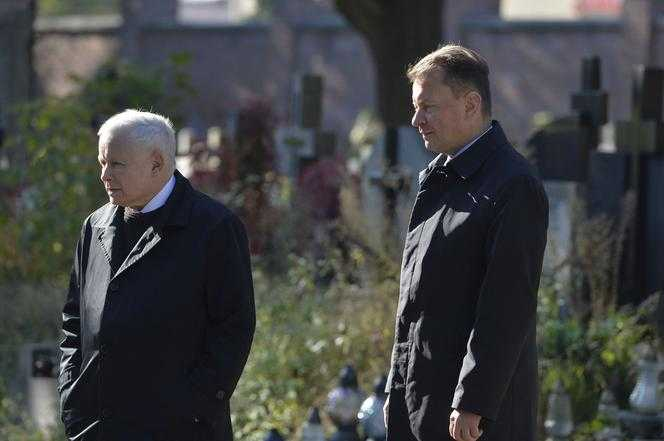 Jarosław Kaczyński na Powązkach podczas miesięcznicy. Były też kwiaty pod pomnikiem