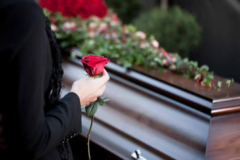 Siostry chcą po raz ostatni pożegnać się z mamą – gdy otwiera się wieko trumny widzą nieznajomą