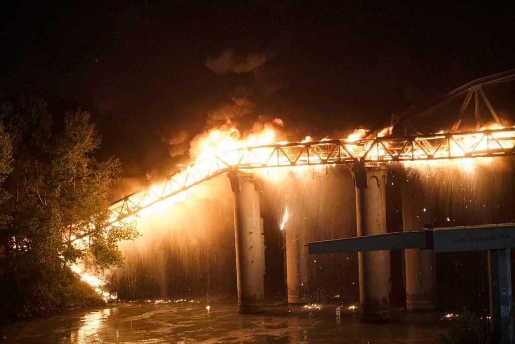 """Włochy. Pożar w Rzymie, spłonął zabytkowy most Ponte dell'Industria. """"Serce się kraje"""""""
