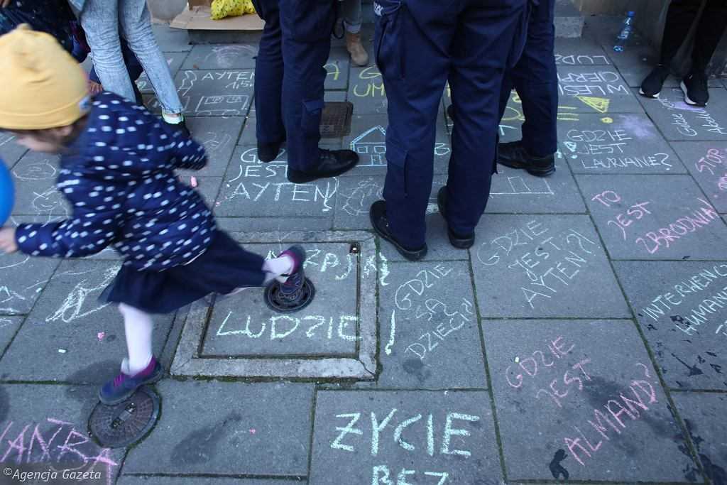 Kraków: malowały z dziećmi kredą przed siedzibą PiS, przyjechała policja. Dwie mamy wezwane na komisariat